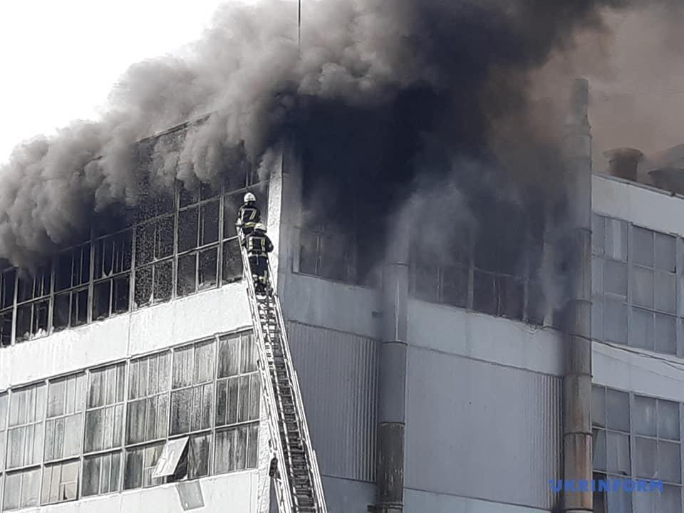 В Запорожье горит обувная фабрика Mida