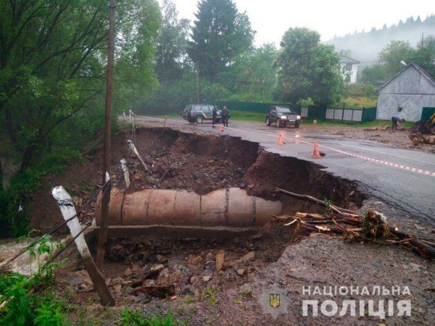 Затоплені будинки і річки на вулицях:  села на Буковині пішли під воду