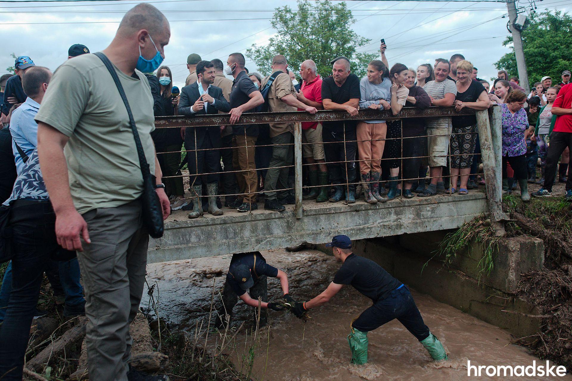 Житель Прикарпаття подарував Зеленському гумові чоботи
