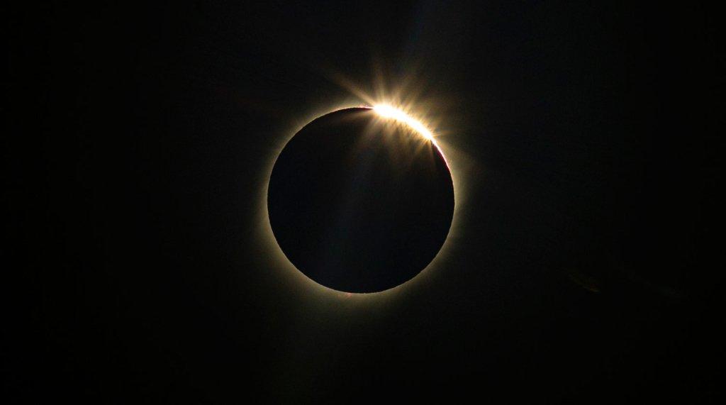 Полуничний Місяць та чорне Сонце: Земля вступила у місячний коридор затемнень