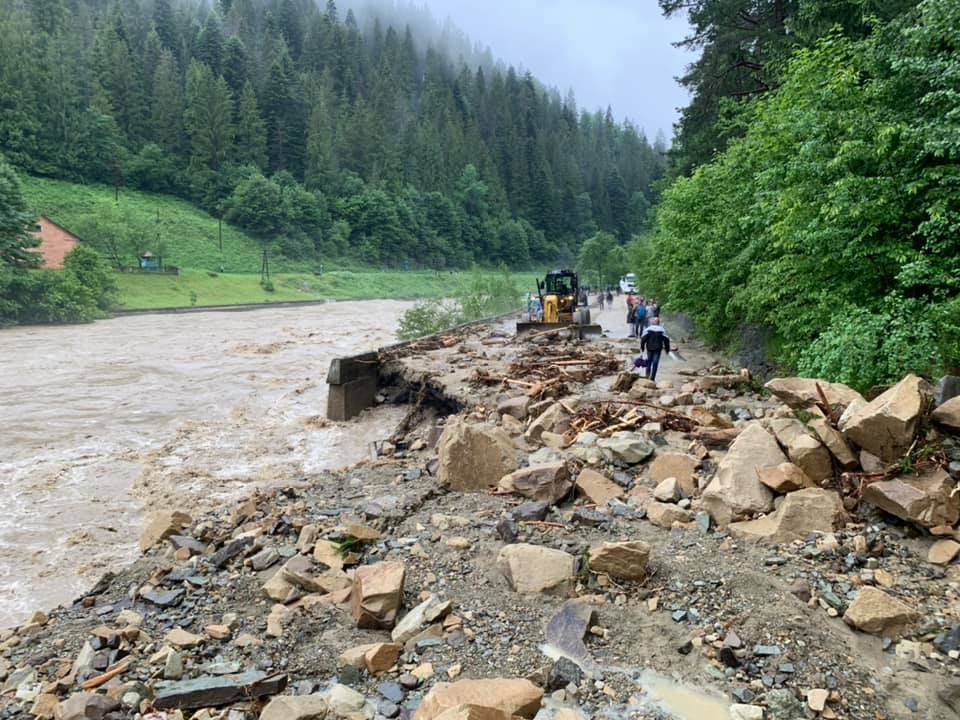 Буковель затопило, дороги превратились в реки: впечатляющее видео