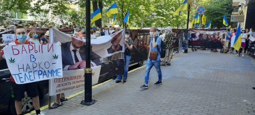 Під Офісом генпрокурора мітингували проти мережі торгівлі наркотиками росіянина Щипцова