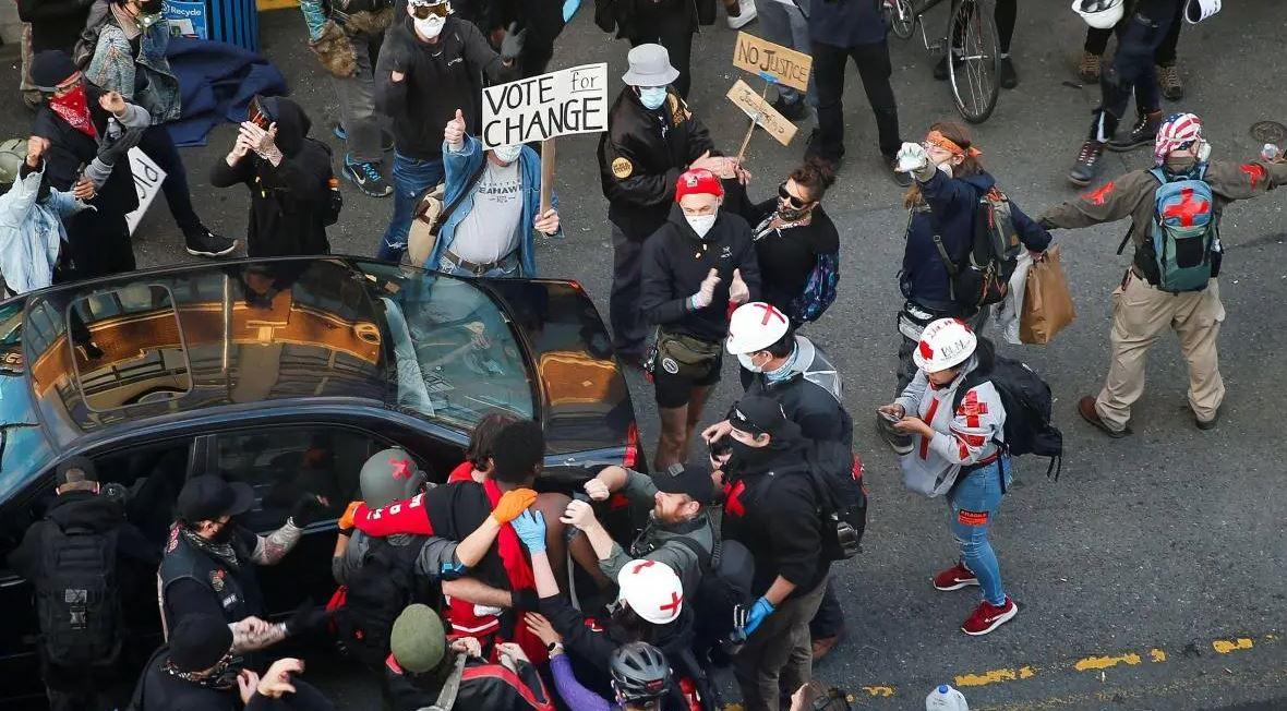 Авто влетело в толпу людей в США, началась паника и стрельба