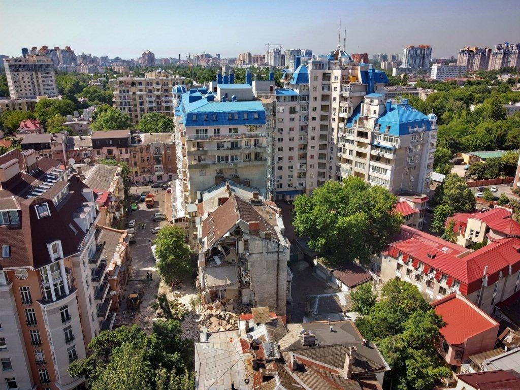 В Одессе обрушился жилой дом: трагедия попала на видео