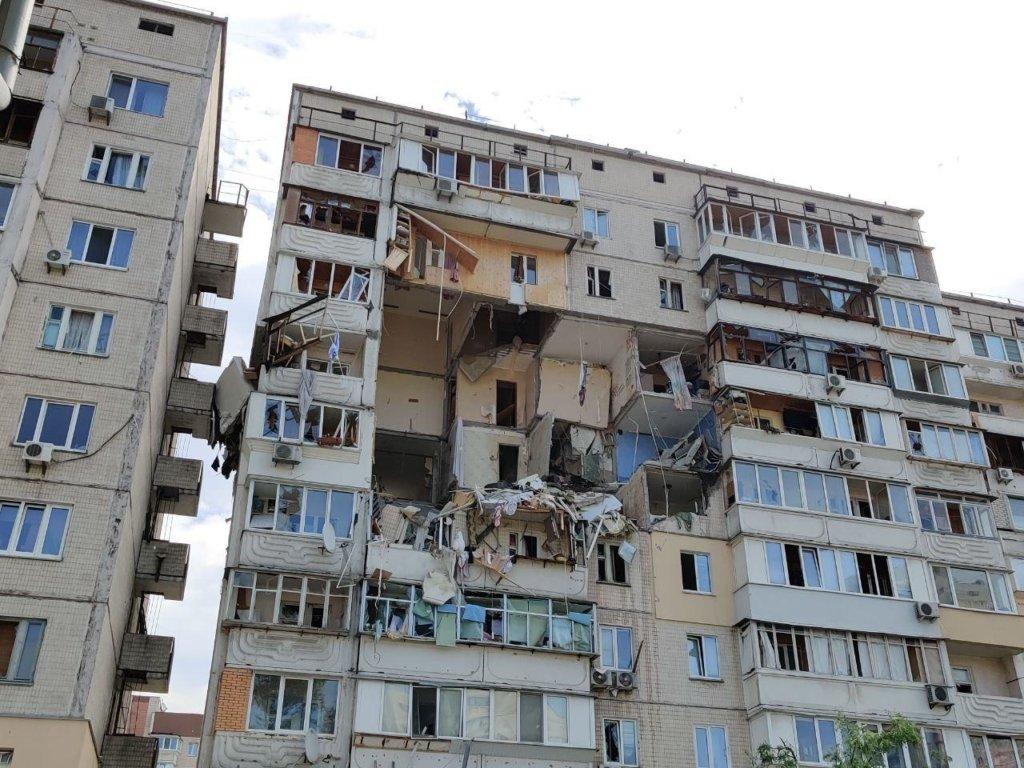 Вибух газу на Позняках: в одній з квартир знайшли боєприпаси і зброю – фото