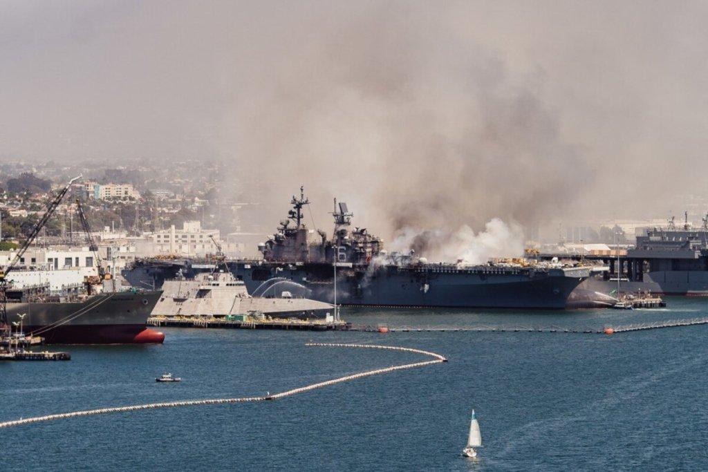 В США взорвался военный корабль: все подробности, фото и видео