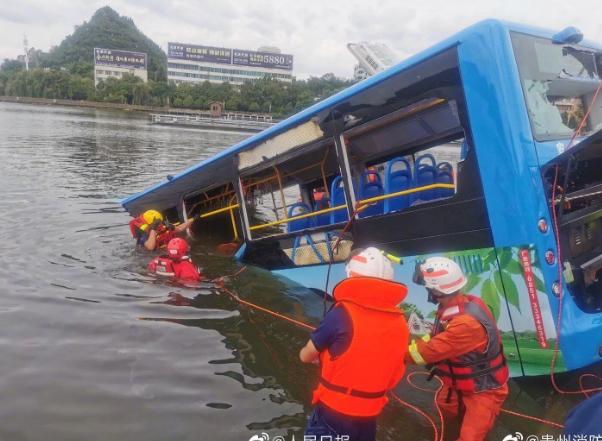 Автобус із дітьми впав у воду: десятки загиблих та постраждалих