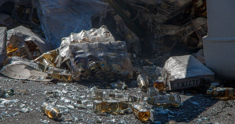 У Дніпрі фура з пивом потрапила у ДТП: дорога залита алкоголем