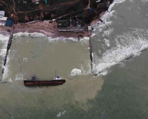 В Одесі почався підйом затонулого танкера Delfi