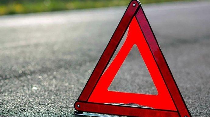 Автомобіль в Маріуполі врізався в зупинку громадського транспорту: є постраждалі – фото