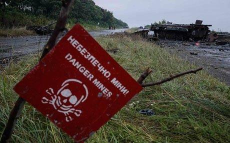 Двоє військових підірвалися на міні на Донбасі