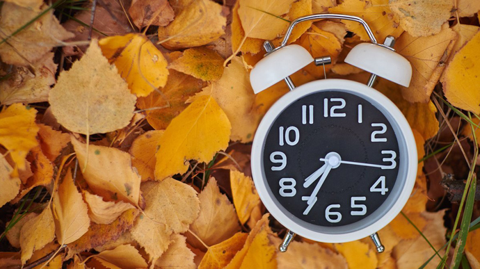 Переводимо годинник: Україна перейшла на зимовий час в день місцевий виборів