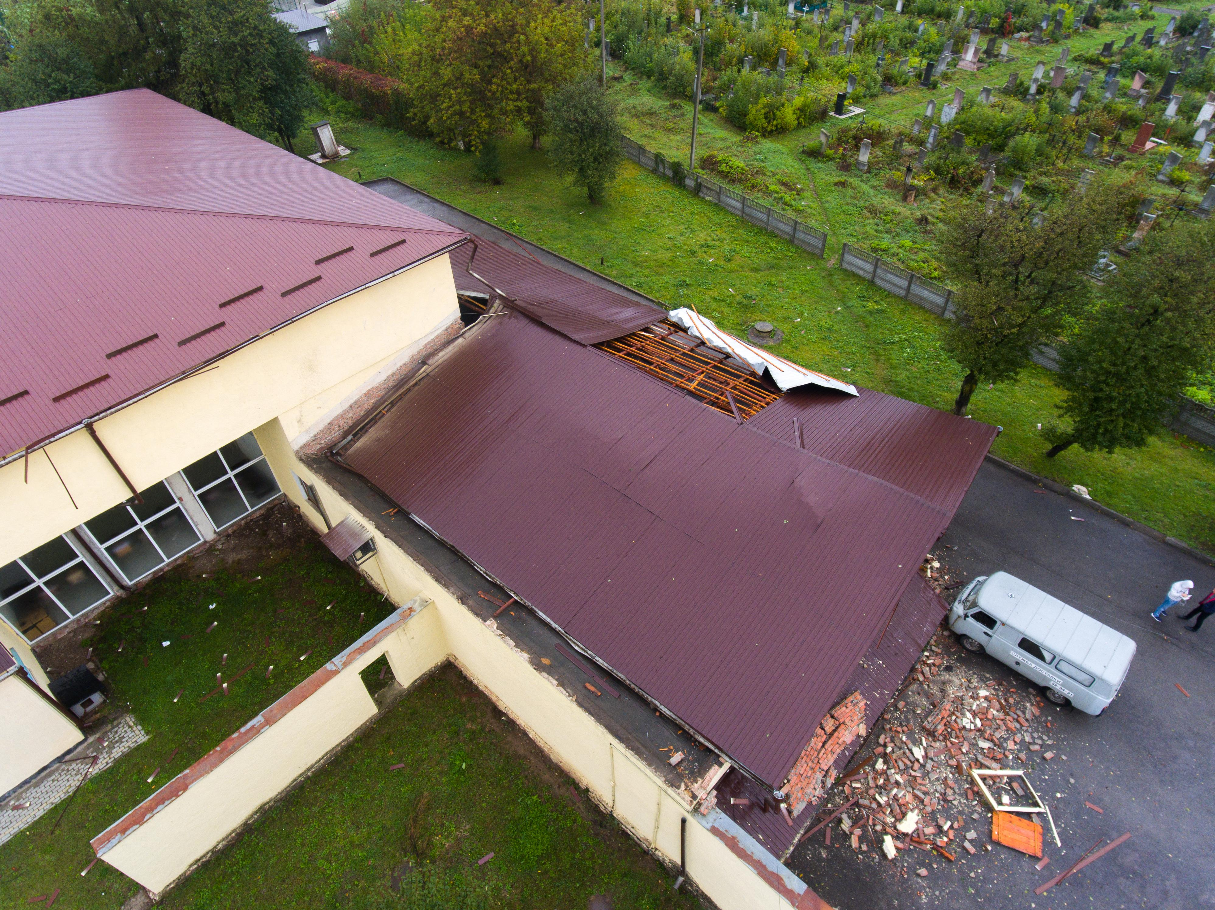 Ветер срывал крыши и валил деревья: Ивано-Франковск накрыла мощная буря