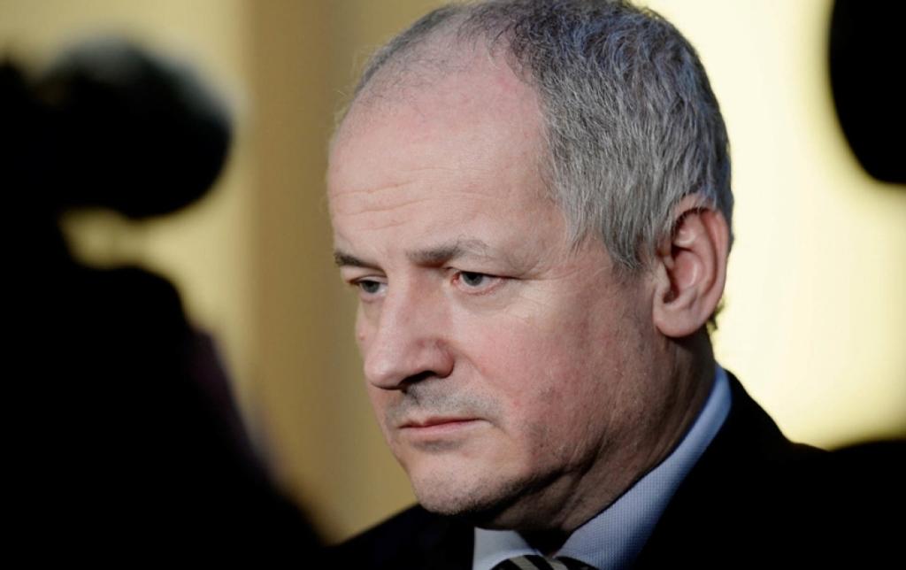 Глава Минздрава Чехии без маски посетил ресторан — ему грозит отставка