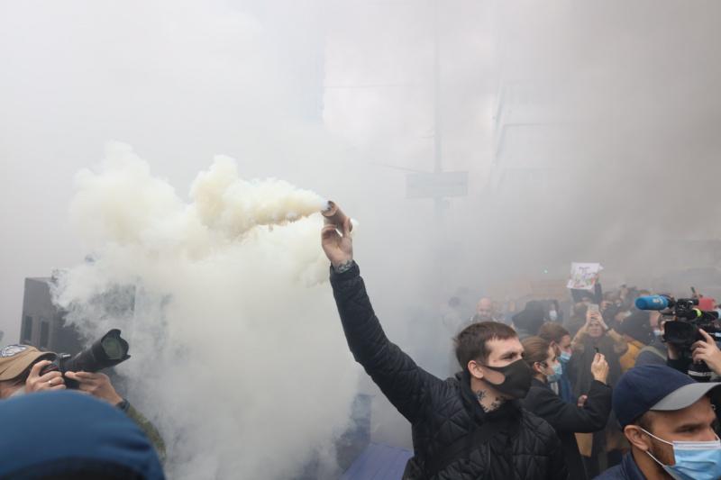 В Киеве проходит масштабный протест у здания КСУ: все подробности и кадры