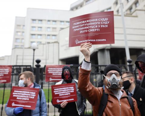 У Києві проходить масштабний протест біля будівлі КСУ: всі подробиці та кадри