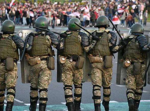 Протести в Білорусі: військова техніка в центрі Мінська і перші затримання – фото і відео