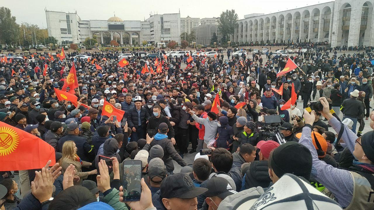 Протести в Киргизії: в Бішкек вводять війська, оголошено надзвичайний стан