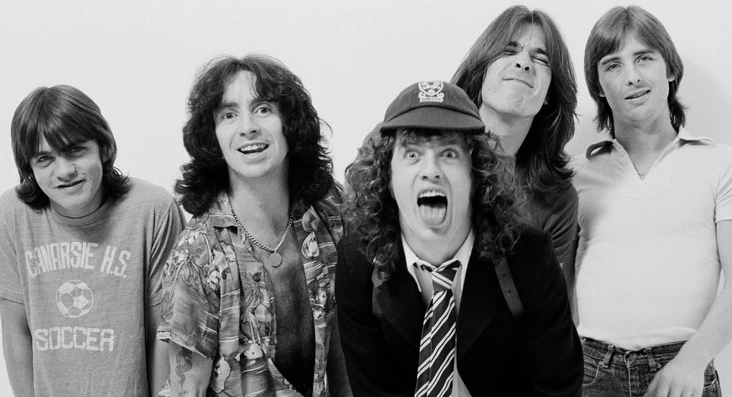 Помер басист групи AC/DC