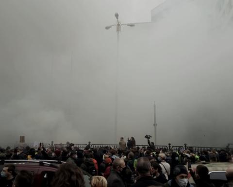 Протест біля будівлі КСУ: в хід пішли презервативи та димові шашки