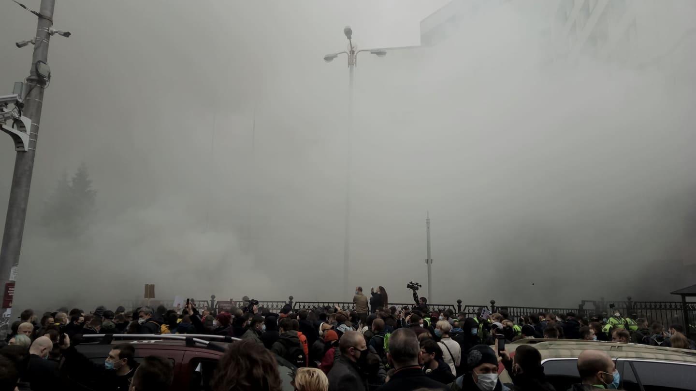 Протест у здания КСУ: в ход пошли презервативы и дымовые шашки