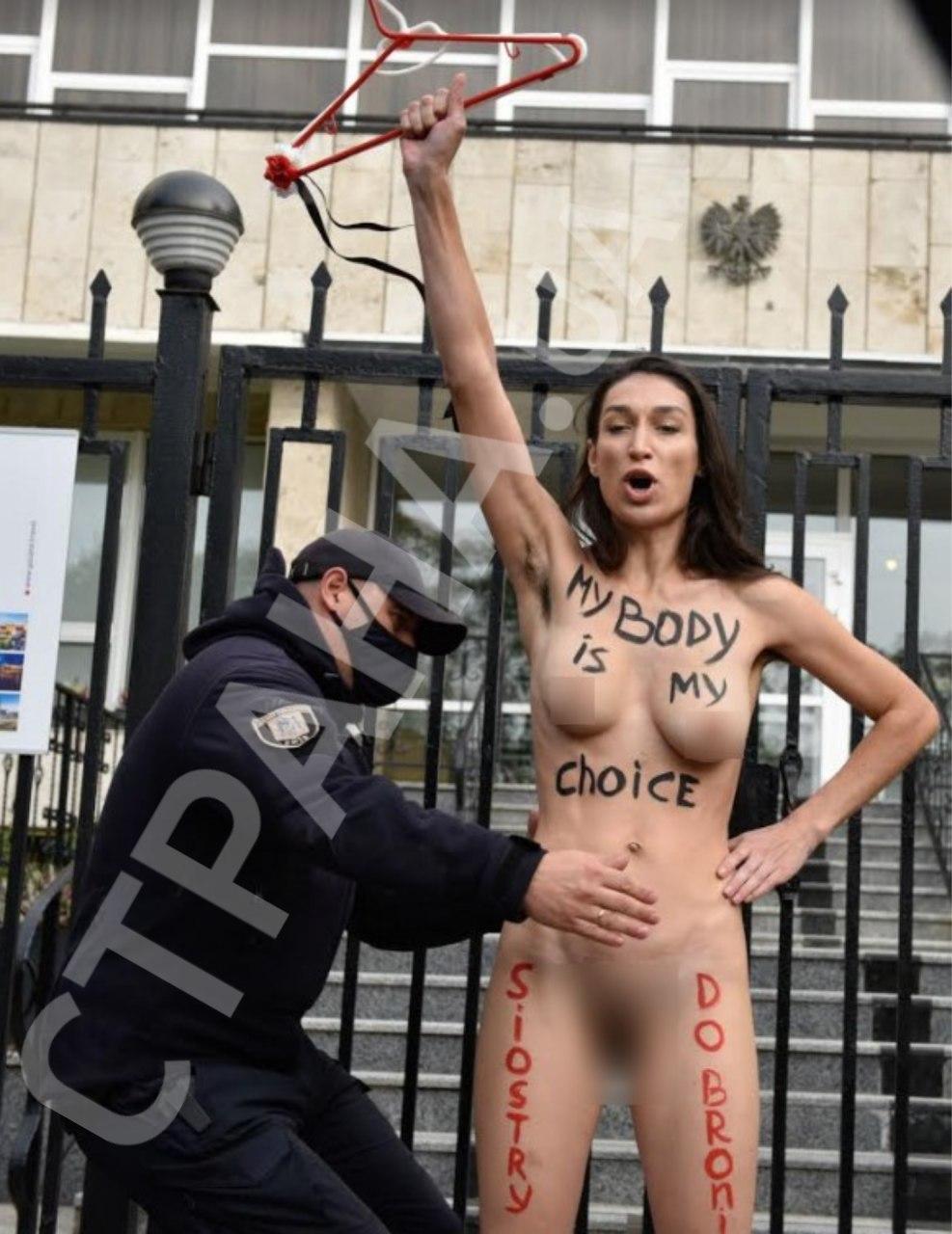 Українка повністю оголилася біля посольства Польщі, протестуючи проти заборони абортів