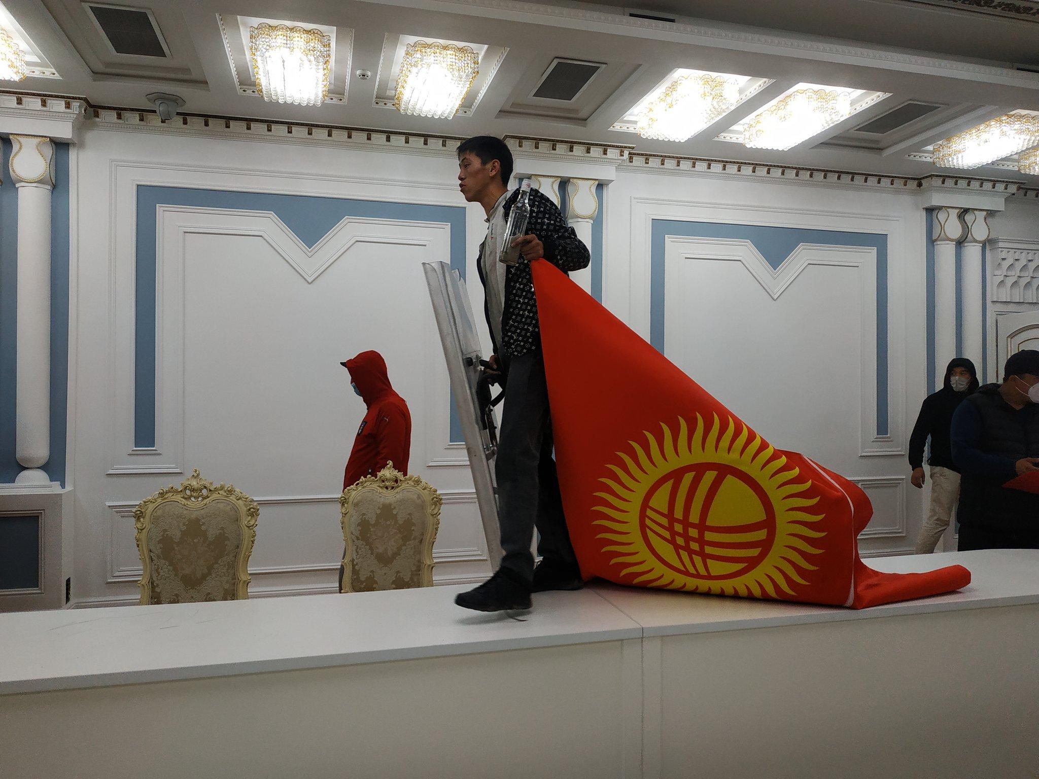 Киргизія закрила кордони – президент та прем'єр-міністр зникли