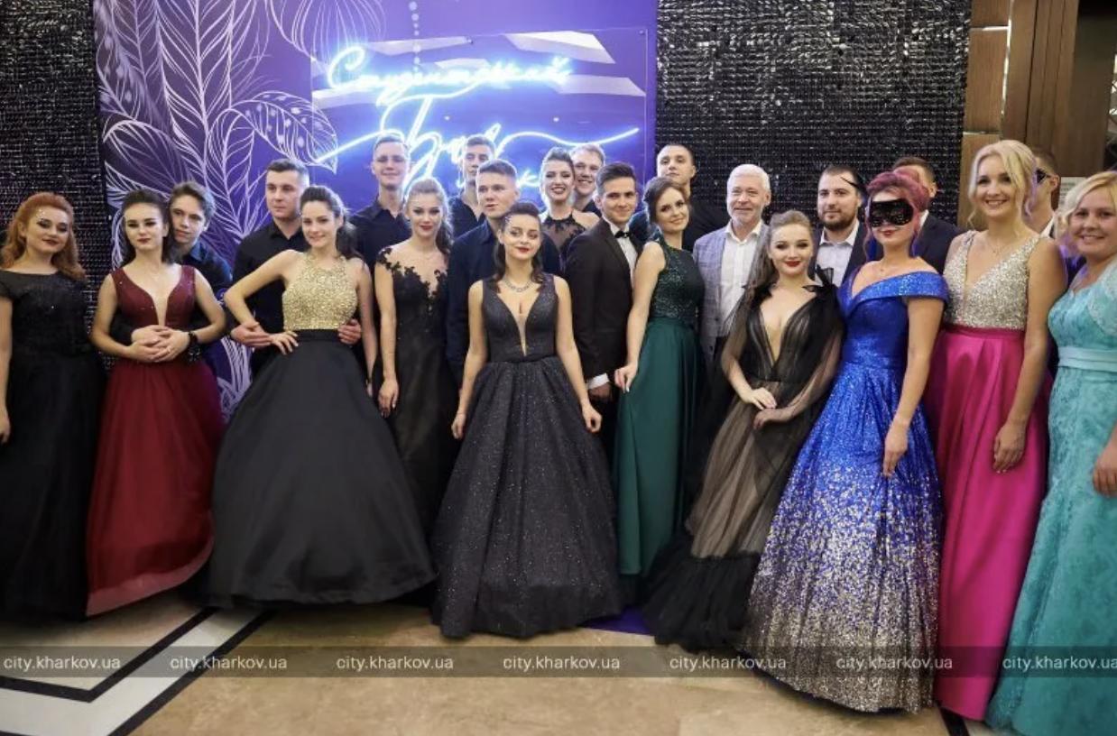 Без масок и дистанции: в «красном» Харькове устроили бал для студентов — фото