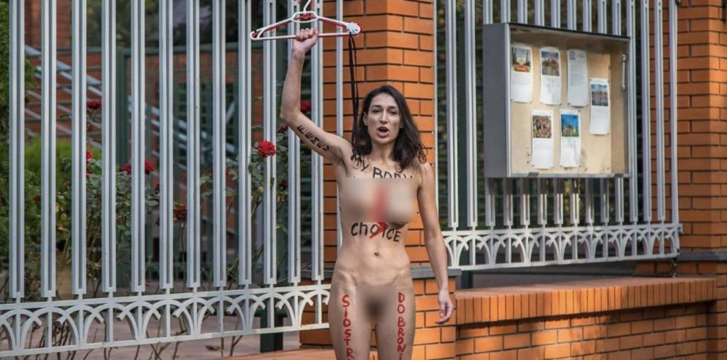 Активистка Femen полностью обнажилась, протестуя против запрета абортов в Польше — фото