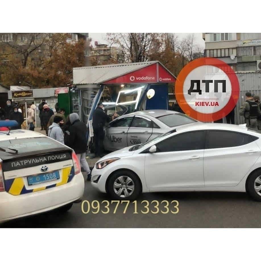 В Киеве таксист влетел в остановку с людьми, много погибших