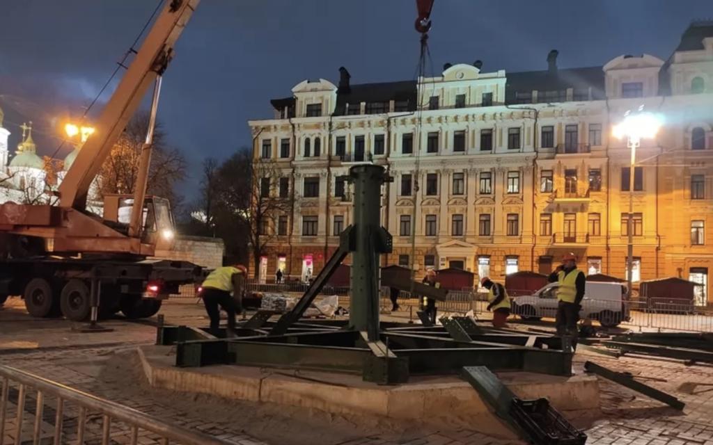 У Києві почали встановлення головної новорічної ялинки країни: перші фото