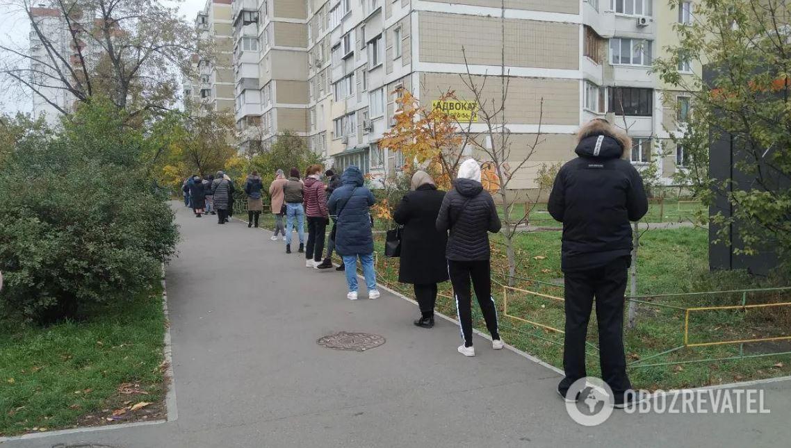 В Киеве лаборатория не справляется с желающими сдать тест на COVID-19: снимки огромных очередей