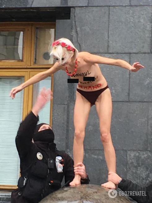 Дівчина оголилася під вікнами президента в Києві