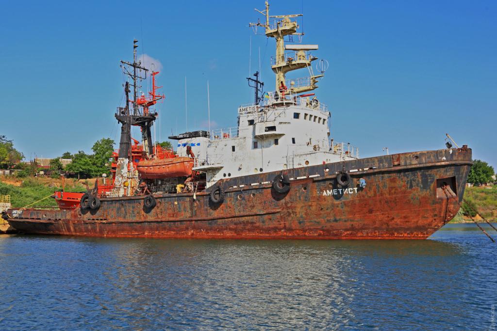 Под Одессой тонет судно, загрязняя море нефтепродуктами
