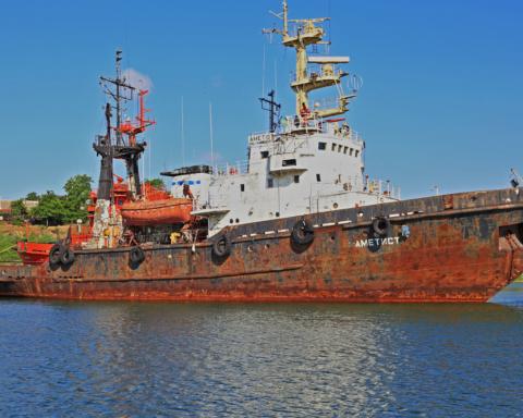 Під Одесою тоне судно, забруднюючи море нафтопродуктами