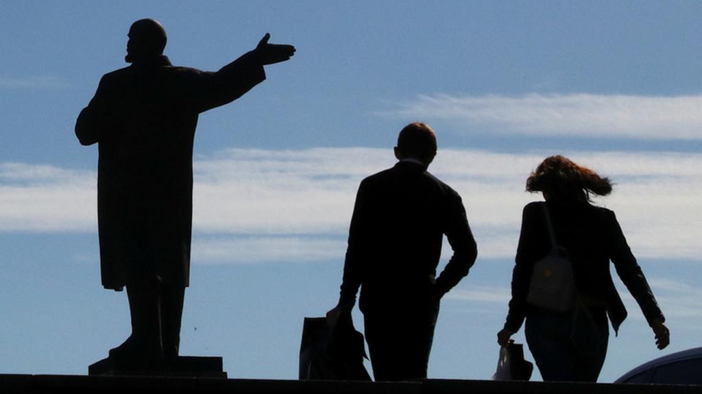 В одному з українських сіл пам'ятник Леніну замінили статуєю Ісуса Христа