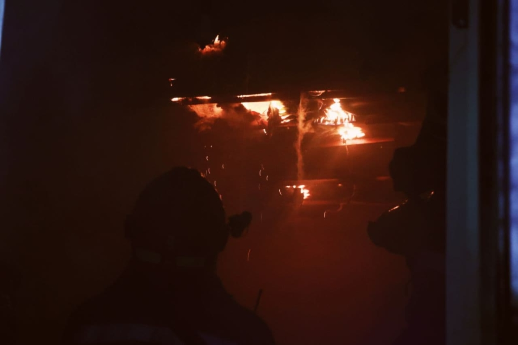 У Києві згоріла адміністративна будівля: двоє людей загинули