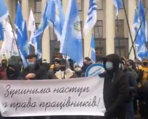 Под Радой начались массовые протесты: подробности и фото с места