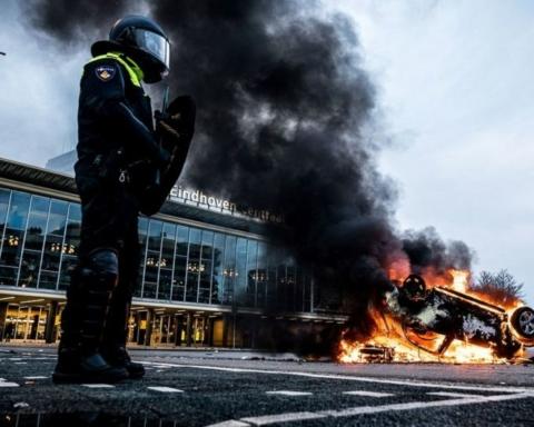 В Нидерландах полиция разогнала водометами протест против коронавирусных ограничений