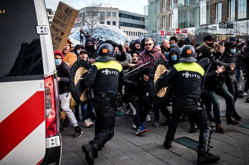 У Нідерландах поліція розігнала водометами протест проти коронавірусних обмежень