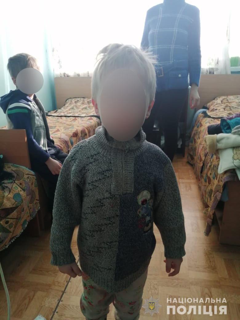 Под Харьковом родители заперли детей в неотапливаемом помещении без еды