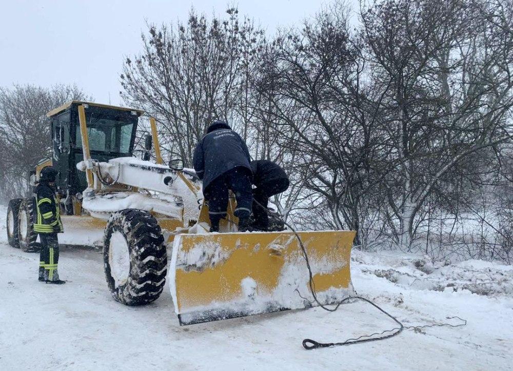 На юге в снежных заносах застряли 300 фур: спасатели озвучили последствия непогоды в областях