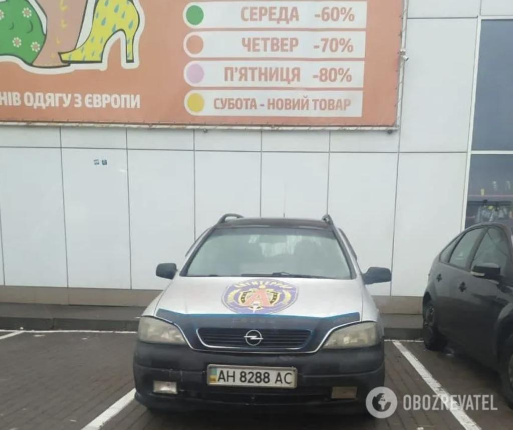 В Киеве заметили автомобиль с эмблемой спецподразделения ФСБ РФ — фото