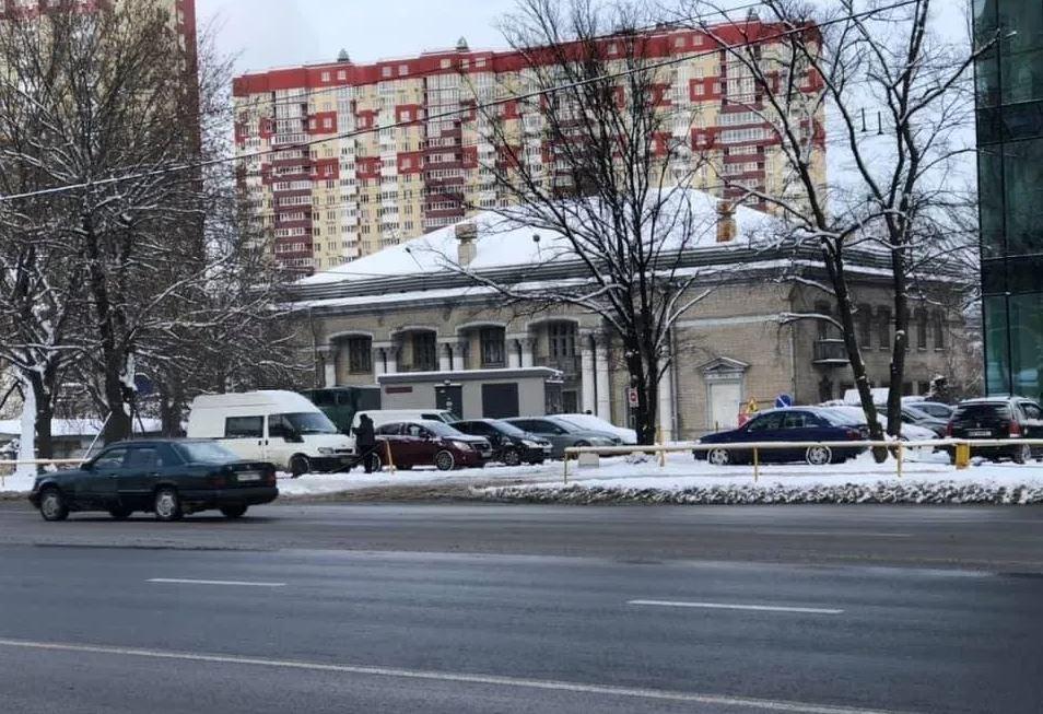 """У Києві на будинок повісили прапори """"ДНР"""": названа дивовижна причина"""