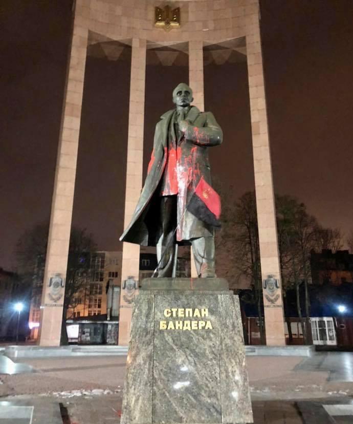 Во Львове памятник Бандере облили красной краской