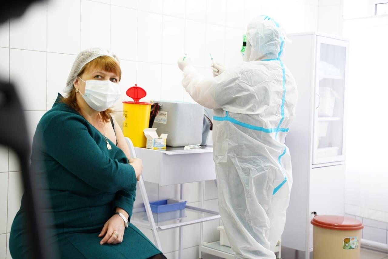 Чувствуют себя хорошо: в Киеве вакцину от коронавируса получили десятки медиков