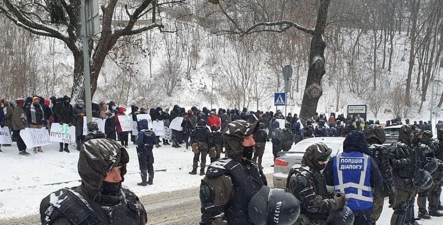 """Журналісти закритих Зеленським каналів """"112 Україна"""", NewsOne і ZIK проводять акцію протесту проти обмеження свободи слова в країні"""