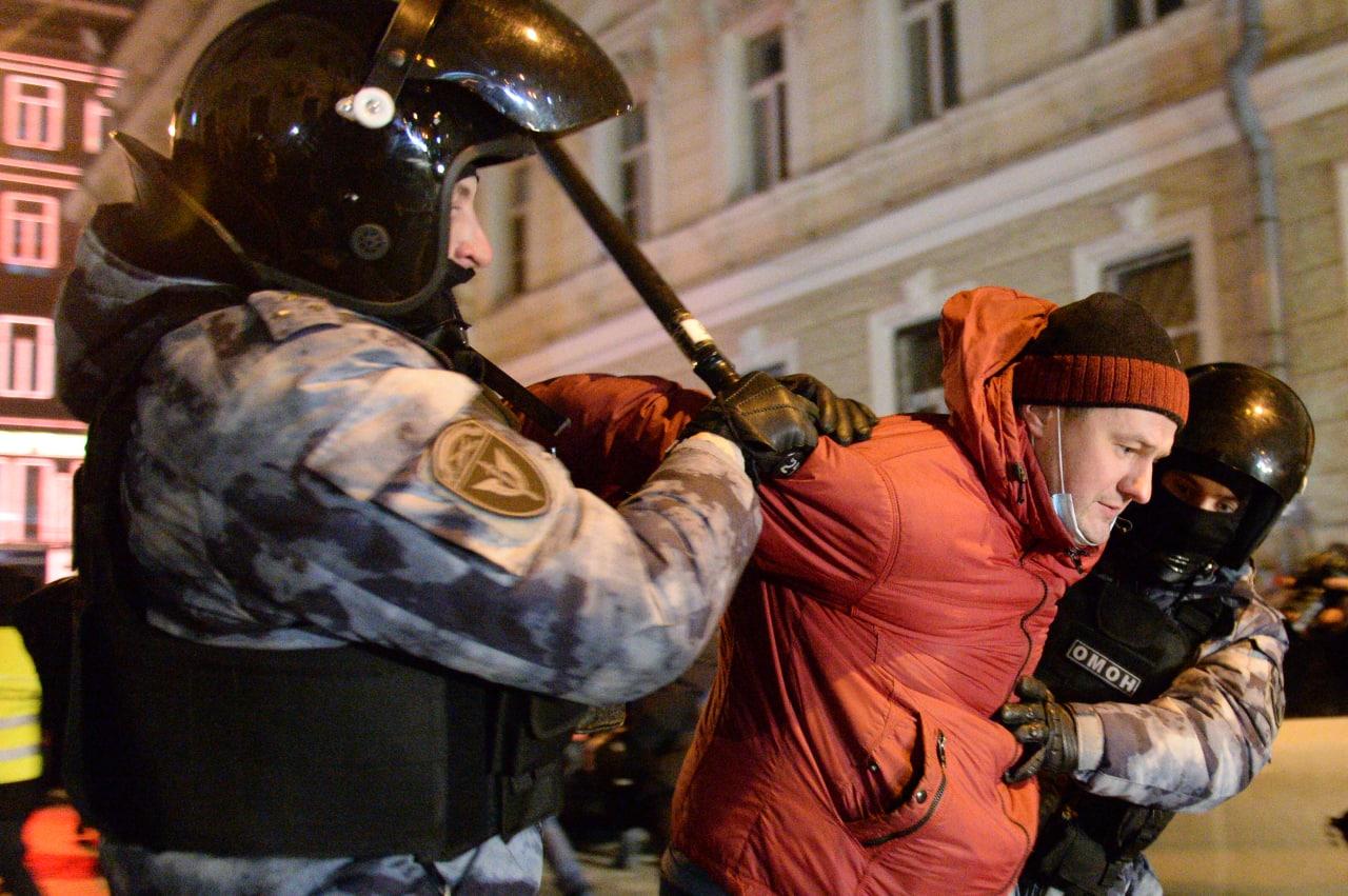 У Москві та Петербурзі силовики били прихильників Навального – як це було