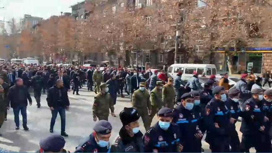 В Єревані спалахнули протести: Генштаб Вірменії вимагає відставки Пашиняна, він у відповідь каже про військовий переворот