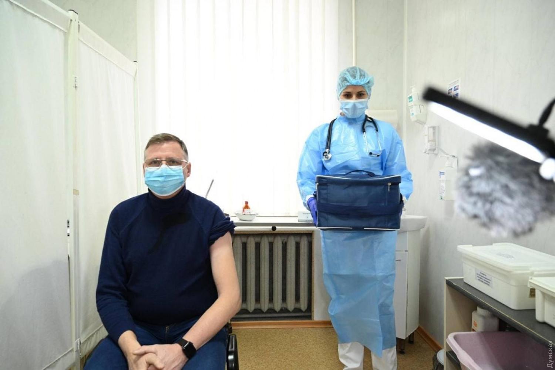 В Україні вже другий день йде вакцинації від коронавірусу: які області отримали препарат